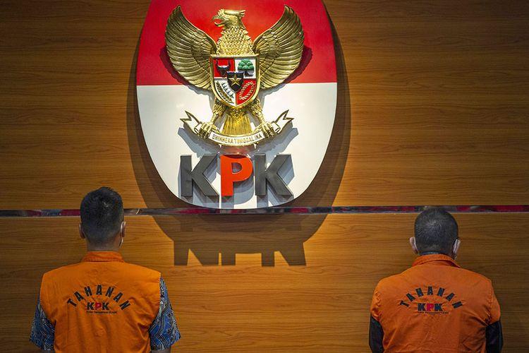Tersangka kasus dugaan suap gratifikasi senilai Rp46 miliar, Nurhadi (kanan) dan Riesky Herbiyono (kiri) berdiri saat konferensi pers terkait penangkapan mereka di Gedung KPK, Jakarta, Selasa (2/6/2020). KPK menangkap Nurhadi yang merupakan mantan Sekretaris Mahkamah Agung (MA) dan menantunya, Riezky Herbiyono di Simprug, Jakarta Selatan pada Senin (1/6) malam setelah buron sejak hampir empat bulan lalu.