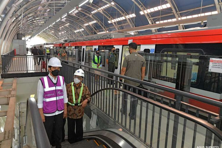 Presiden Joko Widodo (kiri) bersama Menteri Perhubungan Budi Karya Sumadi meninjau Stasiun Light Rail Transit (LRT) Taman Mini Indonesia Indah (TMII), Rabu (9/6/2021). Dalam kunjungan itu, Presiden menjelaskan perkembangan pembangunan LRT yang sudah mencapai 84,7 persen.