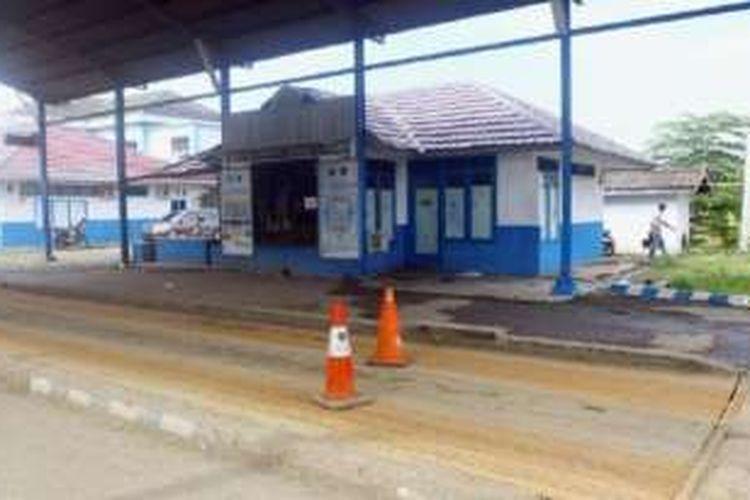 Jembatan timbang Way Urang di Kabupaten Lampung Selatan, Senin (24/10), tampak sepi setelah ditutup Pemerintah Provinsi Lampung. Empat jembatan timbang di daerah itu ditutup untuk sementara waktu guna perbaikan prosedur standar operasi.