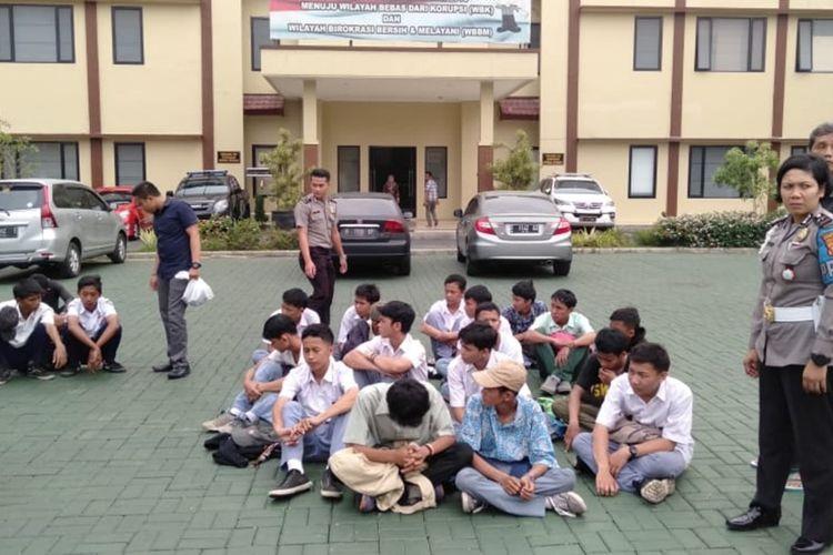 Petugas kepolisian mengamankan sejumlah pelajar yang hendak berangkat ke Jakarta untuk ikut berdemo, di Stasiun Bogor, Rabu (25/9/2019). Para pelajar itu diamankan setelah melawan petugas saat diminta untuk membubarkan diri.