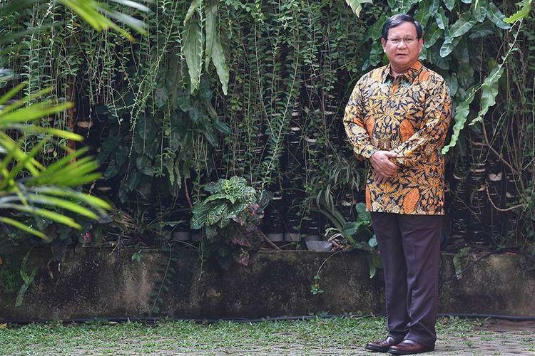 Ketua Umum Partai Gerindra Prabowo Subianto menunggu kedatangan Ketua Umum Partai Demokrat Susilo Bambang Yudhoyono di kediamannya, Jalan Kertanegara, Jakarta Selatan, Senin (30/7/2018). Pertemuan tersebut merupakan tindak lanjut dari komunikasi politik yang dibangun kedua partai untuk Pilpres 2019.