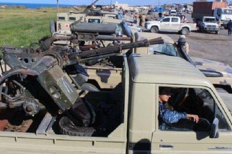 Seorang tentara asal Misrata menunggu di mobil yang membawa senapan mesin jelang pertempuran melawan pasukan pemberontak Libya di bawah pimpinan Jenderal Khalifa Haftar.