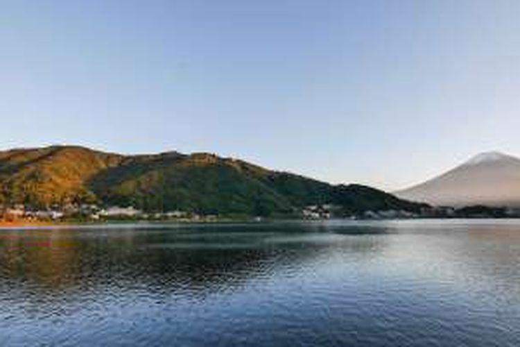 Danau Kawaguchiko dengan latar belakang Gunung Fuji di Prefektur Yamanashi, Jepang.