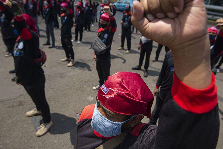 Sejumlah buruh berunjuk rasa di depan kompleks Parlemen, Jakarta, Rabu (30/9/2020). Dalam aksinya mereka menolak Omnibus Law Rancangan Undang-Undangan (RUU) Cipta Kerja karena dinilai lebih menguntungkan pengusaha, serta mengancam akan melakukan mogok nasional pada 6-8 Oktober 2020 atau saat sidang paripurna DPR membahas RUU Cipta Kerja.