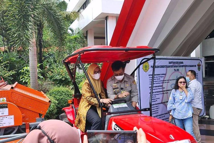 Menteri Pertanian (Mentan) Syahrul Yasin Limpo (SYL) saat menyerahkan bantuan kepada Rektor Universitas Hasanuddin (Unhas) Dwia Aries Tina Pulubuhu di Lantai 1 Gedung Rektorat Unhas, Kecamatan Tamalanrea, Kota Makassar, pada Senin (5/7/2021).
