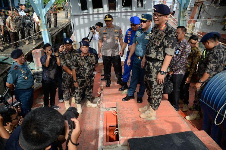 Menteri Kelautan dan Perikanan Edhy Prabowo saat meninjau tiga kapal nelayan asing Vietnam yang ditangkap di Laut Natuna Utara, Senin (30/12/2019).