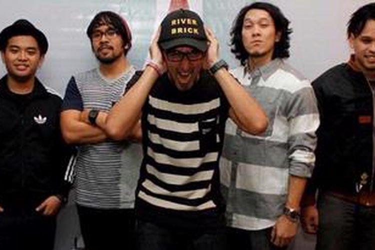 Para personel grup musik Alexa, JMono (bas), Fajar (drum), Aqi (vokal), Rizki (gitar), dan Satrio (gitar), berfoto bersama dalam acara peluncuran album terbaru mereka, yang diberi judul Edisi II, di Goethe Institut, Jakarta, Rabu (12/1/2010) malam.