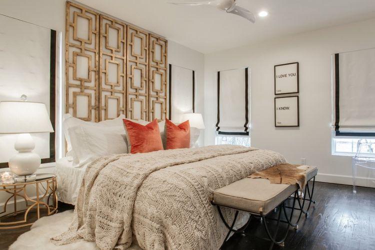Pembatas ruangan dengan pola geometri sebagai headboard