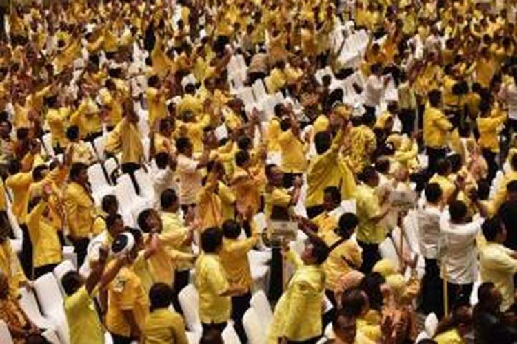Peserta Musyawarah Nasional menyambut dengan riuh  penetapan Aburizal Bakrie sebagai Ketua Umum Partai Golkar pada Munas IX Golkar di Nusa Dua, Bali, Rabu (3/12/2014). Ical, sebutan Aburizal Bakrie, terpilih secara aklamasi untuk memimpin Golkar periode 2014-2019.