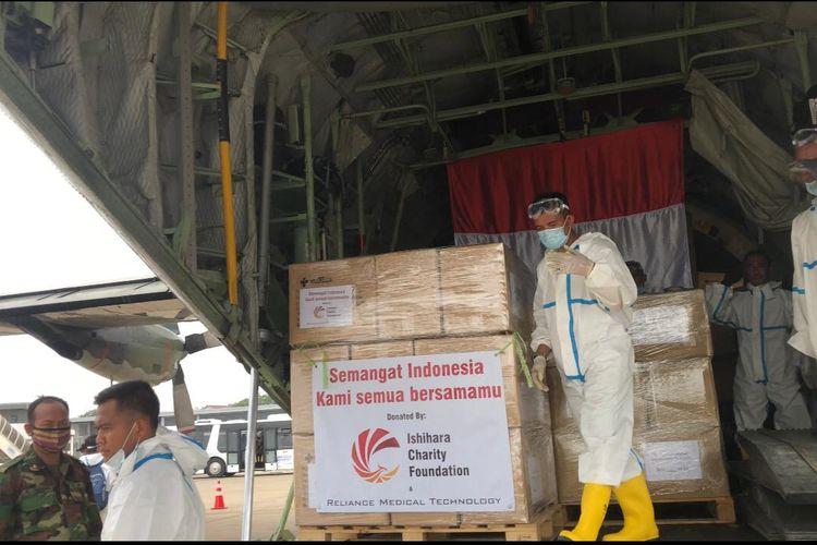 Suasana loading paket bantuan di Bandara Phnom Penh