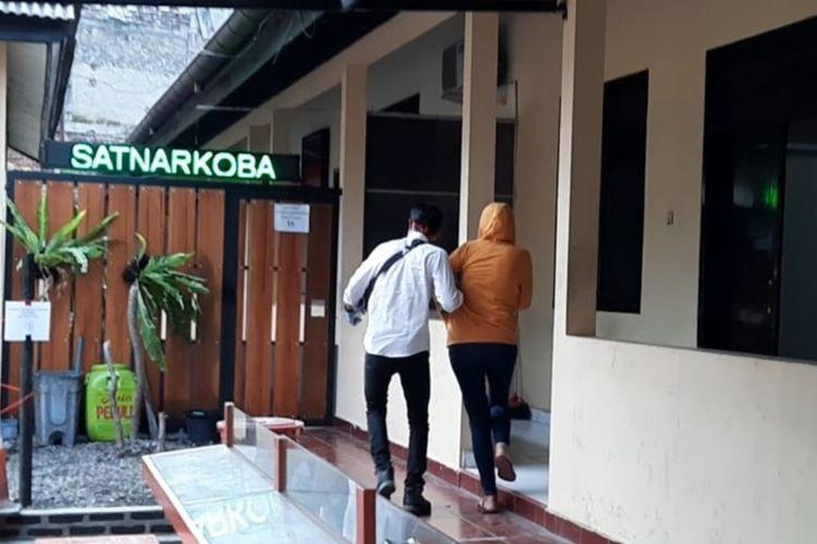 Suami istri selaku bandar narkoba jenis sabu ditangkap saat berada di sebuah kamar hotel mewah wilayah Kecamatan Cipedes, Kota Tasikmalaya, Senin (8/6/2020).