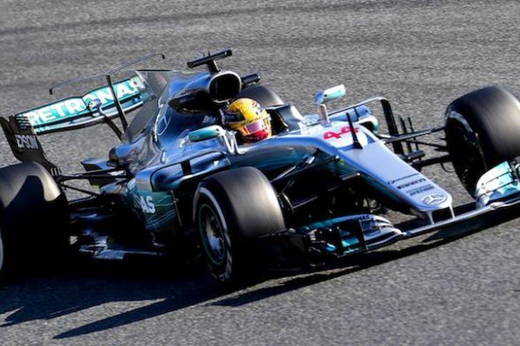 Pebalap Mercedes AMG Petronas asal Inggris, Lewis Hamilton, memacu mobilnya pada hari pertama tes pramusim Formula 1 2017 di Circuit de Barcelona-Catalunya, Spanyol, Senin (27/2/2017).