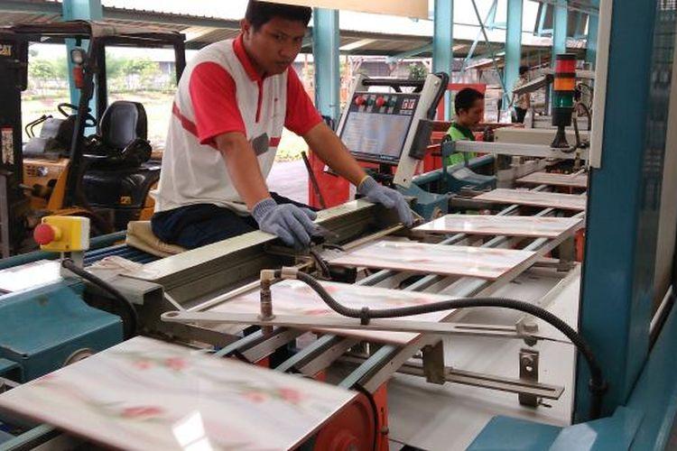Pabrik keramik milik PT Arwana Citramulia Tbk di Mojokerto gunakan Gas Bumi PGN, Jawa Timur.
