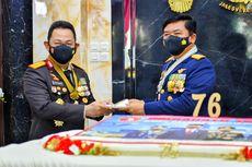 Panglima Terima Kejutan HUT Ke-76 TNI dari Kapolri