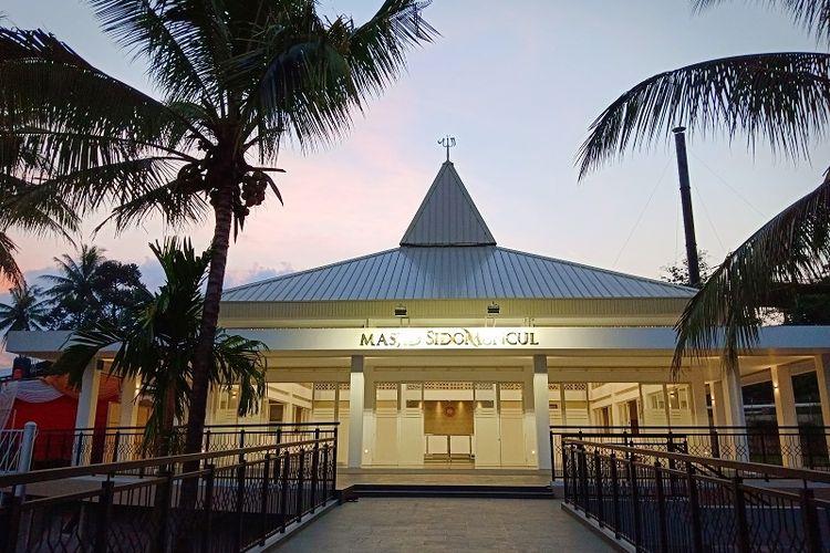 Masjid Sido Muncul telah dibangun sejak Desember 2018 dengan luas 2.500 meter persegi. Masjid ini mampu menampung hingga 700 orang.
