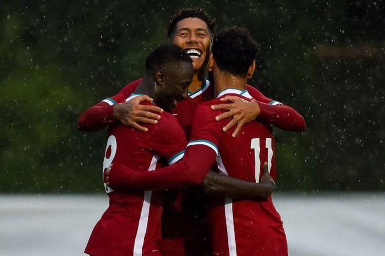 Naby Keita, Roberto Firmino, dan Mohamed Salah merayakan gol Liverpool ke gawang Stuttgart pada pertandingan uji coba yang dilangsungkan di Stadion Burgerau, Salzburg, pada Sabtu (22/8/2020) malam WIB.