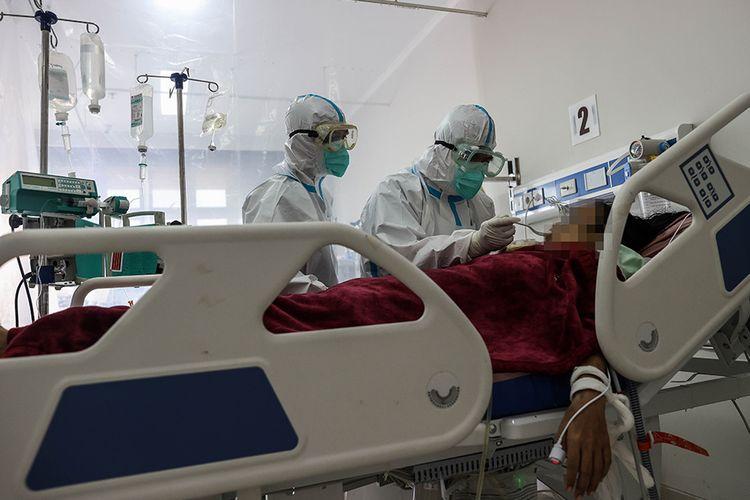 Tenaga kesehatan melakukan perawatan terhadap pasien Covid-19 di RSUD Kota Bogor, Jawa Barat, Jumat (12/2/2021). Rumah Sakit Umum Daerah (RSUD) Kota Bogor menjadi rumah sakit (RS) khusus untuk pasien virus corona (Covid-19) sesuai surat edaran Kementerian Kesehatan (Kemkes).