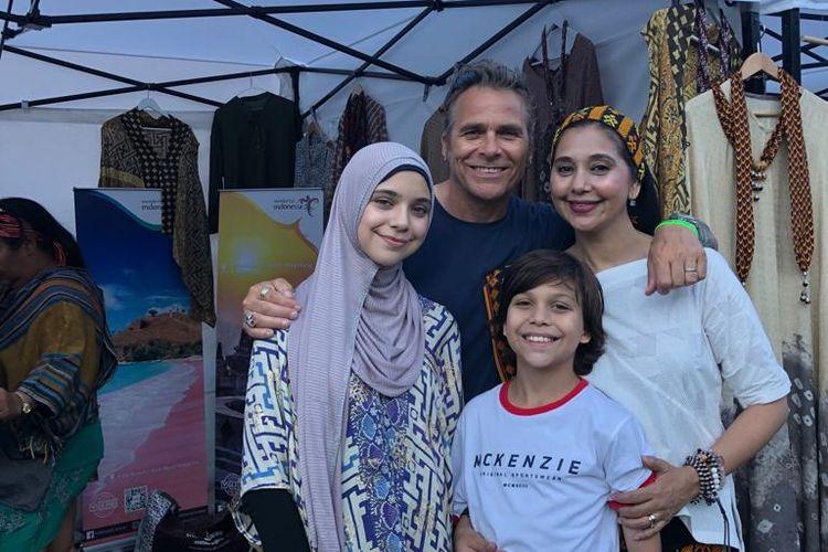 Ayu Azhari bersama keluarga dalam acara Wonderful Indonesia Festival Kampung Indonesia di Taman Kota Stockhol, Swedia.