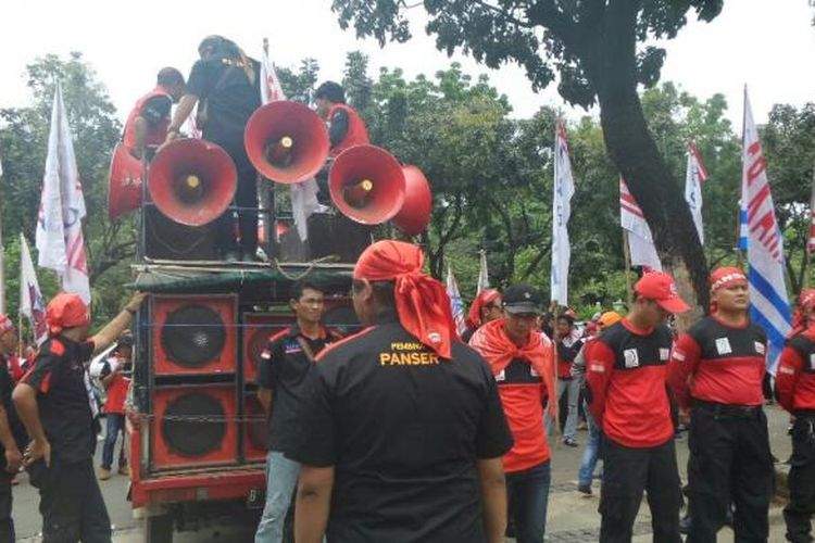 Kelompok buruh melakukan demo di depan Balai Kota DKI Jakarta, Jalan Medan Merdeka Selatan, Kamis (27/10/2016).