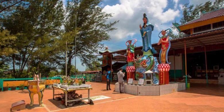 Suasana di Pagoda Quan Am Tu yang dibangun di kamp pengungsi di Pulau Galang, Kepulauan Riau, Minggu (8/2/2015). Dipulau inilah sebanyak 250.000 pengungsi dari Vietnam, Kamboja dan Thailand ditampung dari kurun waktu 1979 hingga 1996. Sekarang kamp ini menjadi salah satu objek wisata sejarah di Batam.