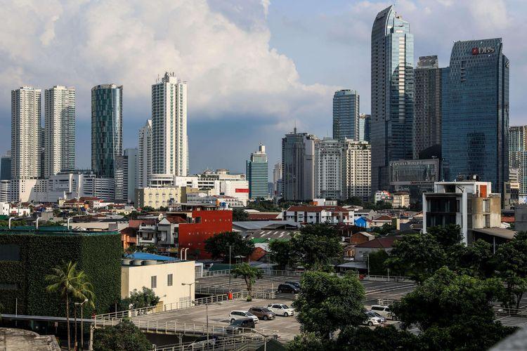 Langit biru terlihat dari Jalan Jenderal Sudirman, Jakarta, Rabu (8/4/2020). Sepinya aktivitas warga Ibu Kota karena pembatasan sosial membuat langit Jakarta cerah dengan tingkat polusi yang rendah.