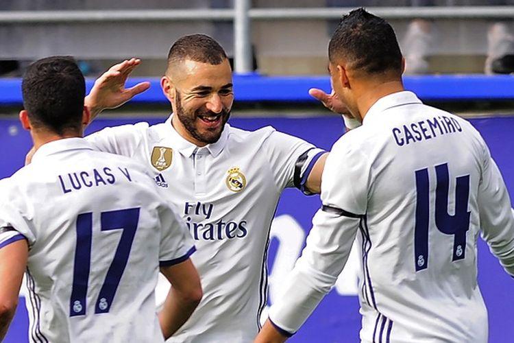 Striker Real Madrid, Karim Benzema (tengah), merayakan gol ke gawang Eibar bersama rekan-rekannya, dalam lanjutan La Liga di Stadion Municipal de Ipurua, Sabtu (4/3/2017).