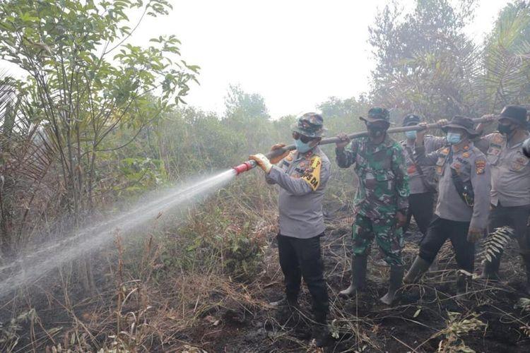 Kapolda Riau Irjen Pol Agung Setya Imam Effendi saat ikut turun tangan memadamkan karhutla di Kelurahan Tanjung Kapal, Kecamatan Rupat, Kabupaten Bengkalis, Riau, Rabu (3/3/2021).