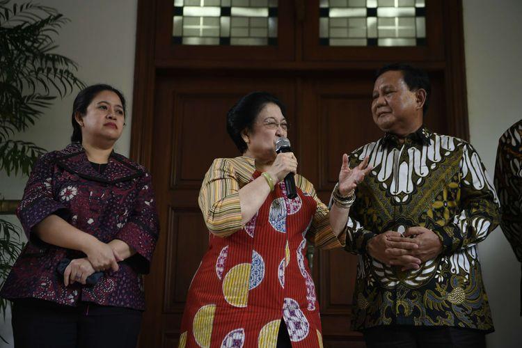 Ketua Umum PDI Perjuangan Megawati Soekarnoputri (tengah) dan Ketua Umum Partai Gerindra Prabowo Subianto (kanan) disaksikan Politikus PDI Perjuangan yang juga Menko PMK Puan Maharani (kiri) menyampaikan keterangan pers usai pertemuan tertutup di Jakarta, Rabu (24/7/2019). Pertemuan kedua tokoh nasional bersama sejumlah elit Partai Gerindra dan PDI Perjuangan tersebut dalam rangka silaturahmi pasca Pemilu Presiden 2019.