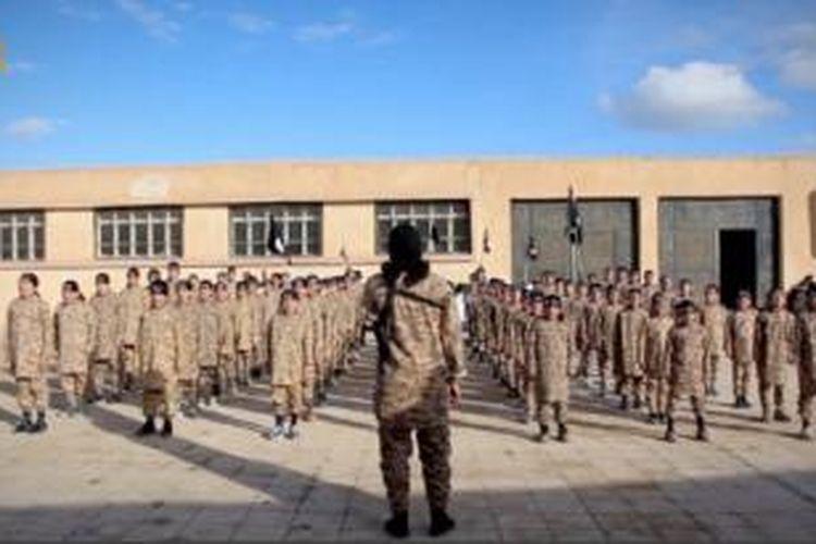 Dalam video terbaru yang dirilis ke internet, ISIS menampilkan pelatihan militer untuk anak-anak di kota Raqqa, Suriah.