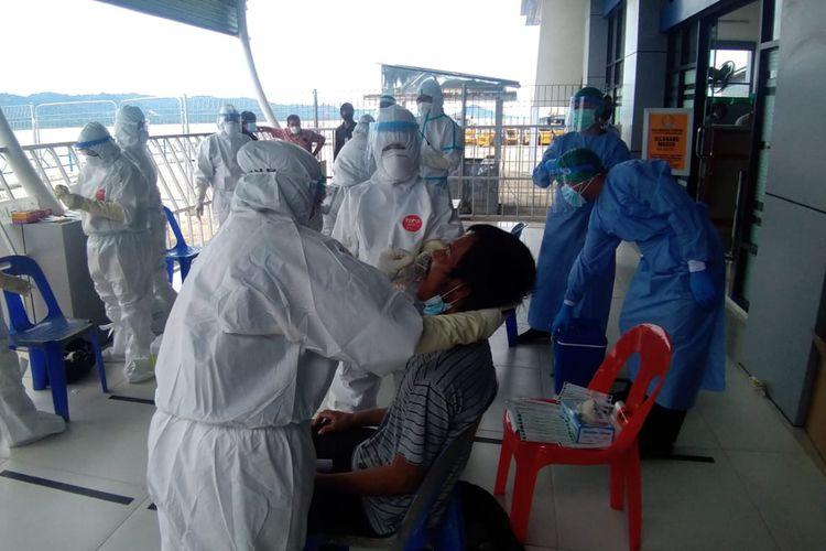 Pemeriksaan kesehatan penumpang di Pelabuhan Tunon Taka, Nunukan, Kalimantan Utara, oleh petugas Kantor Kesehatan Pelabuhan.