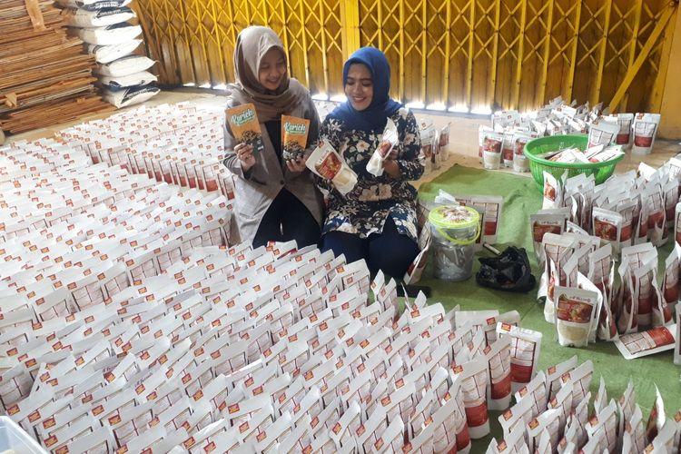 Ribuan beras kemasan siap dikirim ke Kalimantan.