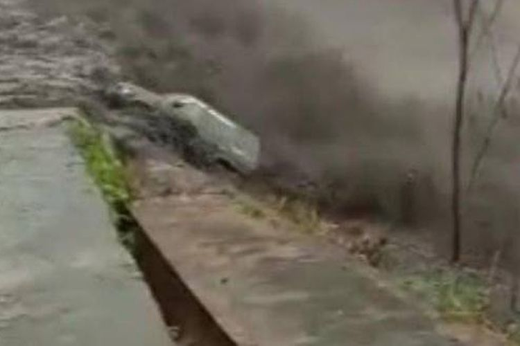 Tangkapan layar video mobil Panther terseret banjir lahar Gunung Semeru, Senin (8/2/2021).  (Sumber: surya.co.id/tony hermawan)