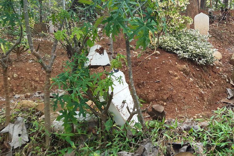 Salah satu batu nisan di pemakaman muslim Polokarto, Sukoharjo terlepas dari makam dan kondisinya rusak, Rabu (22/9/2021).