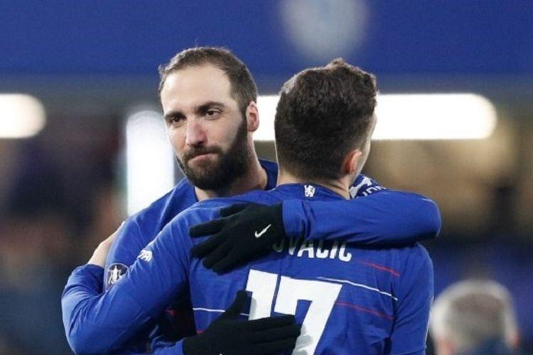 Gonzalo Higuain memeluk Mateo Kovacic jelang debutnya pada pertandingan Chelsea vs Sheffield Wednesday dalam babak ke-4 Piala FA di Stadion Stamford Bridge, 27 Januari 2019.