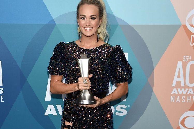 Musisi country Carrie Underwood ketika menerima penghargaan kategori Entertainer of the Year (Penyanyi terbaik) di ajang Academy of Country Music Awards 2020