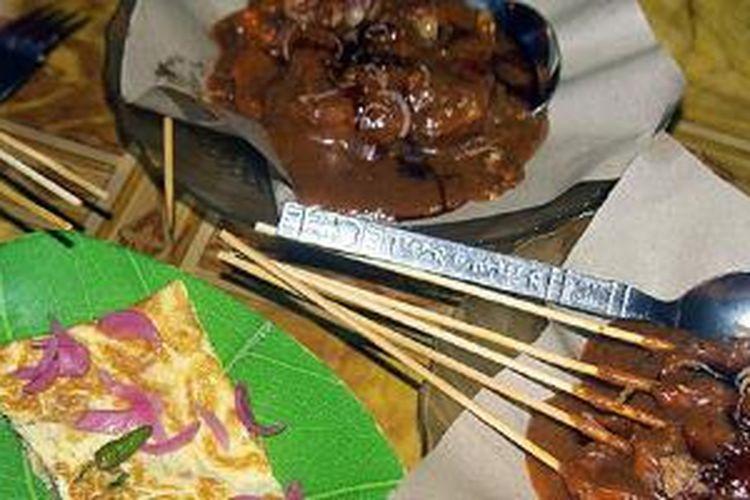 Martabak Aceh dan sate gurita adalah makanan khas di Kota Sabang, Pulau Weh, Aceh. Untuk menikmati penganan ini, cukup merogoh kocek Rp 15.000 per porsi.