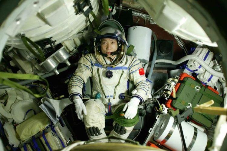Yang Liwei saat berada dalam Shenzhou 5
