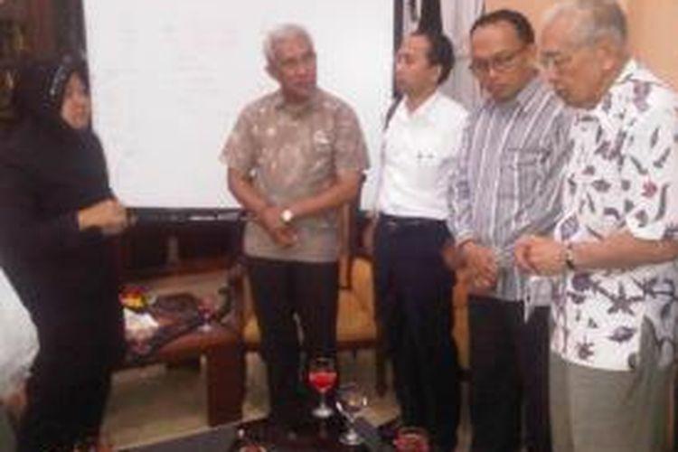 Risma didukung agar tidak mundur dari walikota Surabaya.