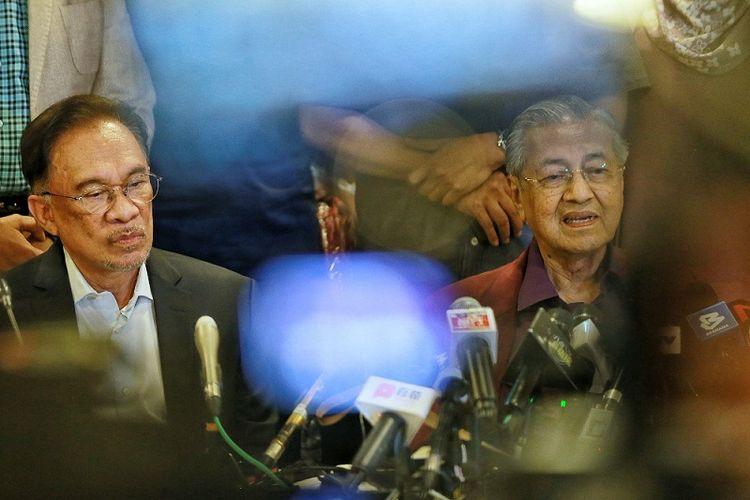 Pemimpin Oposis Malaysia Anwar Ibrahim dan Mantan Perdana Menteri Mahathir Mohamad menghadiri konferensi pers Pakatan Harapan pada 21 Februari 2020 di Yayasan Perdana, Putrajaya.