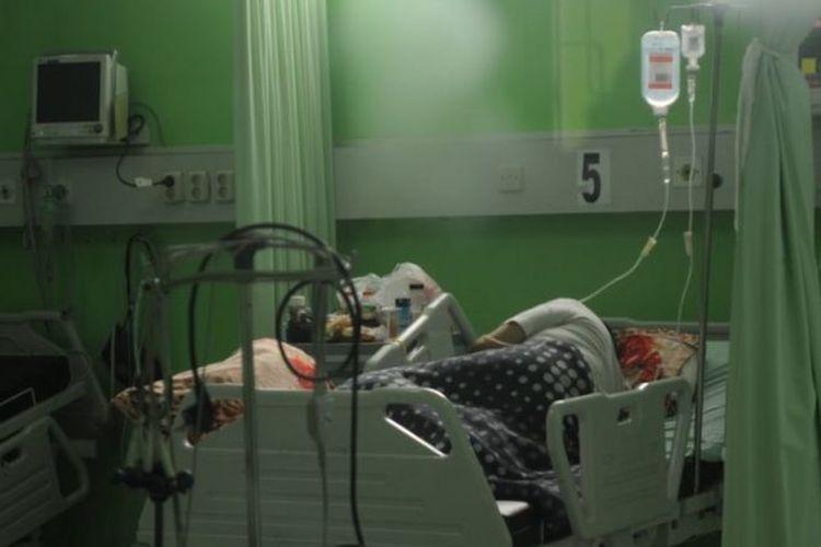 Pasien COVID-19 mendapat perawatan di ruang ICU RSUD Slamet Martodirjo, Pamekasan, Jawa Timur, Senin (21/06).