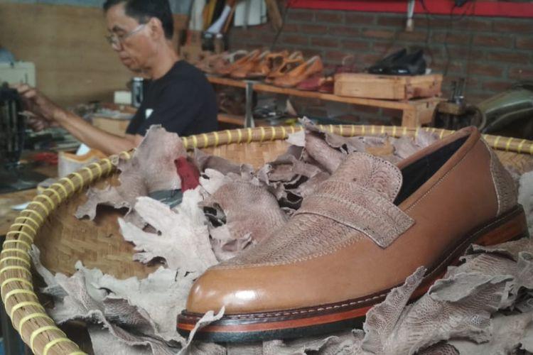 Dari 20 kilogram kulit ceker ayam, bisa dibuat menjadi 20-30 pasang sepatu. Namun, butuh sampai 10 hari untuk memproses kulit ceker ayam menjadi bahan sepatu. Tak heran jika sepatu ini harganya relatif tak murah.