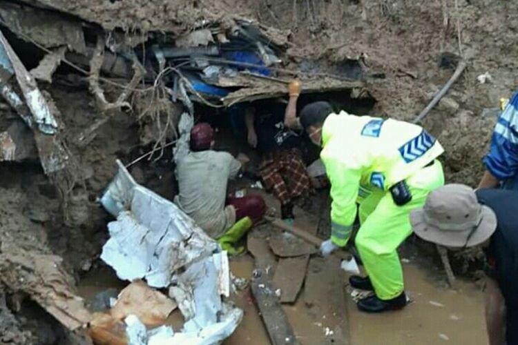 Tim SAR gabungan dibantu TNI Polri berhasil mengevakuasi salah satu jenazah dari puing rumah yang tertimbun longsor Kabupaten Gowa, Sulawesi Selatan. Senin, (28/1/2019).