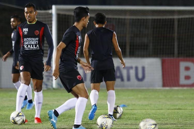 Para pemain PSM Makassar saat menjajal Stadion Sumpah Pemuda jelang laga lawan Perseru Badak Lampung, Sabtu (14/9/2019).