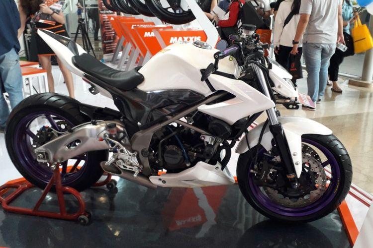 Honda CB150R yang sudah dimodifikasi bergaya minor fighter. Motor tersebut dipamerkan di booth salah satu produsen ban yang tampil di GIIAS 2018 di ICE, BSD City, Tangerang pada 2-12 Agustus silam.