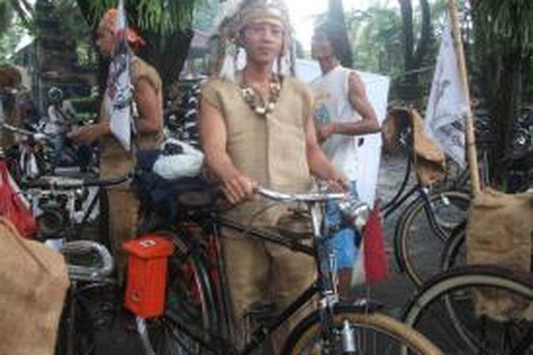 Aliyanto atau yang akrab dipanggil Ali dengan sepeda onthel dan baju karung goninya.