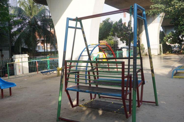 RPTRA Pintu Air di kolong perlintasan rel kereta api dibangun seluas 758 meter persegi. Sejumlah fasilitas permainan anak-anak seperti ayunan, prosotan tersedia di RPTRA ini. Ada juga lapangan futsal dengan lantai semen yang juga dilengkapi dua gawang.   Fasilitas lain juga tersedia seperti toilet umum dan toilet ramah penyandang disabilitas. Ada juga ruang laktasi atau ruang bagi ibu menyusui, ruang baca,  ruang  diskusi, dan ruang serbaguna yang mampu memuat 50 hingga 60 orang.  Pengeloal juga menyediakan fasilitas jaringan WiFi gratis bagi para pengunjung, Jumat (18/5/2018).