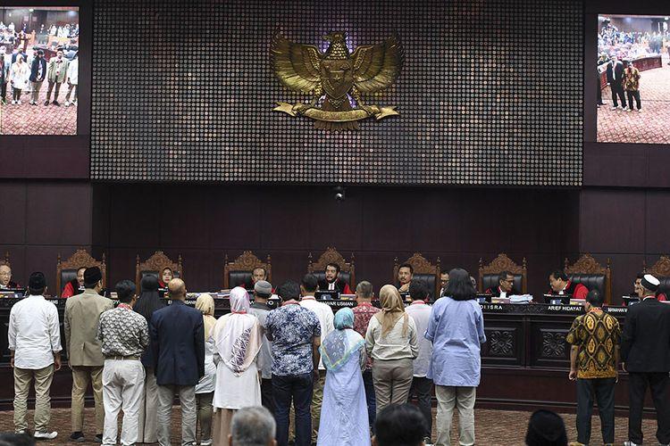 Sejumlah saksi dan ahli dari pihak pemohon diambil sumpahnya  saat sidang Perselisihan Hasil Pemilihan Umum (PHPU) presiden dan wakil presiden di Gedung Mahkamah Konstitusi, Jakarta, Rabu (19/6/2019). Sidang tersebut beragendakan mendengarkan keterangan saksi dan ahli dari pihak pemohon.