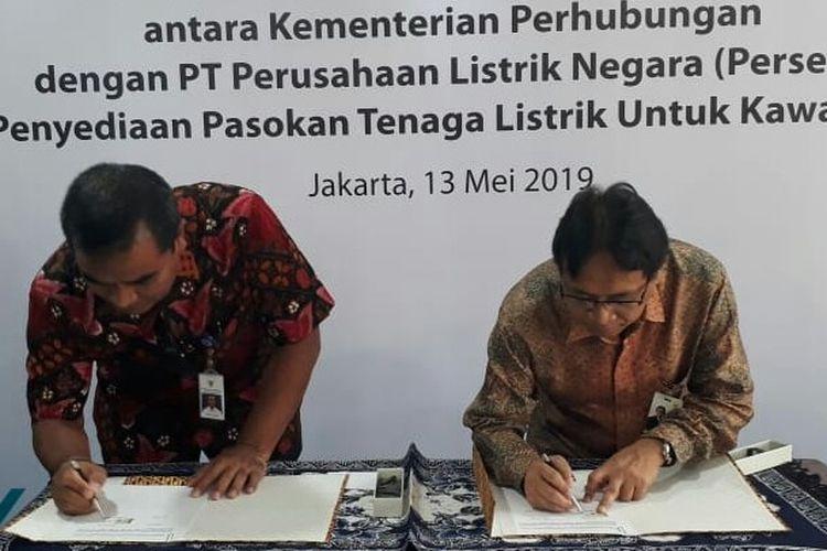 Direktur Jenderal Perhubungan Laut R. Agus H. Purnomo saat menandatangani perjanjian kerjasama dengan PT PLN di Jakarta, Senin (13/5/2019).