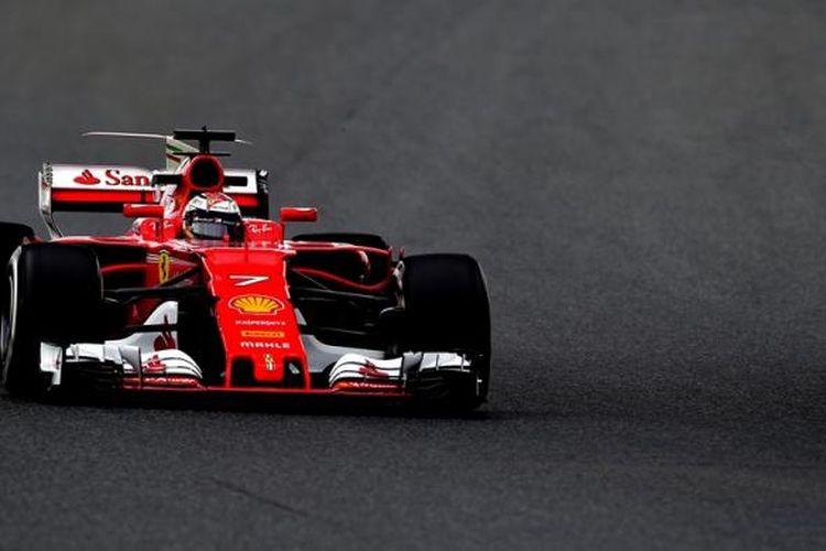 Pebalap Ferrari asal Finlandia, Kimi Raikkonen, memacu mobilnya di Circuit de Barcelona-Catalunya pada hari kedua tes pramusim Formula 1 2017, Selasa (28/2/2017).