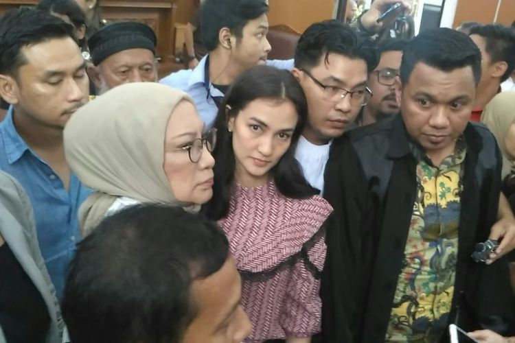 Ratna Sarumpaet didampingi Atiqah Hasiholan dan kuasa hukumnya usai divonis dua tahun penjara atas kasus penyebaran berita bohong atau hoaks di Pengadilan Negeri Jakarta Selatan, Ampera, Cilandak, Kamis (11/7/2019).